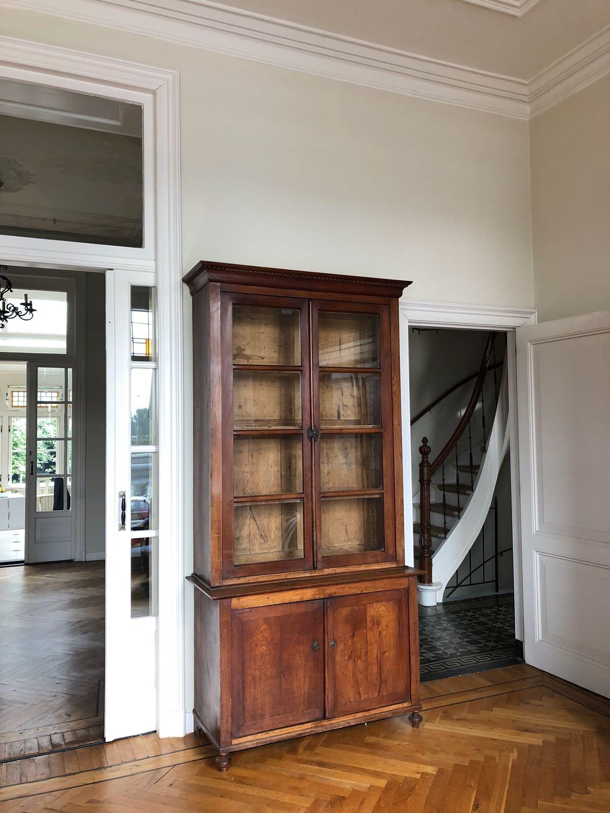 antieke mahonie boekenkast in op prachtige visgraatvloer den ouden steegh