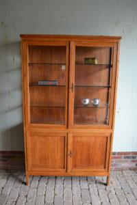 antieke vitrinekast, antieke servieskast, antieke winkelkast.